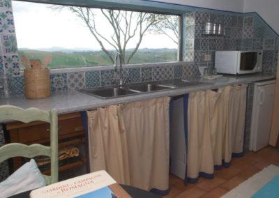Camera-con-cucina_cucina con vista sulle colline