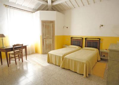 Camera-gialla_panoramica stanza matrimoniale in stile rustico
